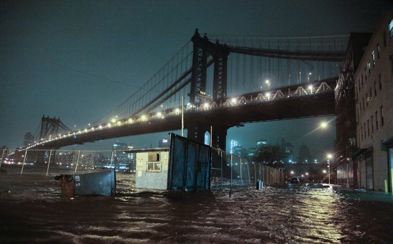 Затопленные улицы под Манхэттенским мостом, фото урагана Сэнди