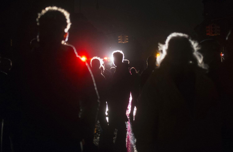 жители Нью-Йорка на улицах города после шторма, фото