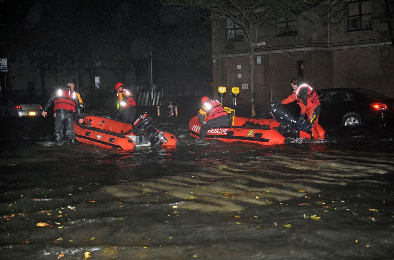 спасение жителей Нью-Йорка после тайфуна Сэнди, фото