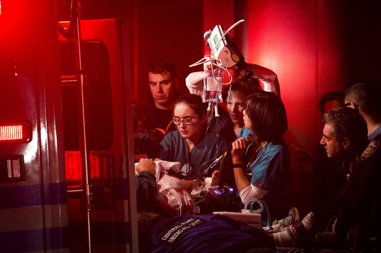 медики спасают жертв урагана Sandy, фото
