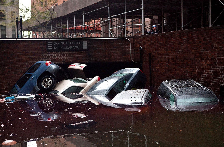 Машины в затопленном гараже Америки, фото
