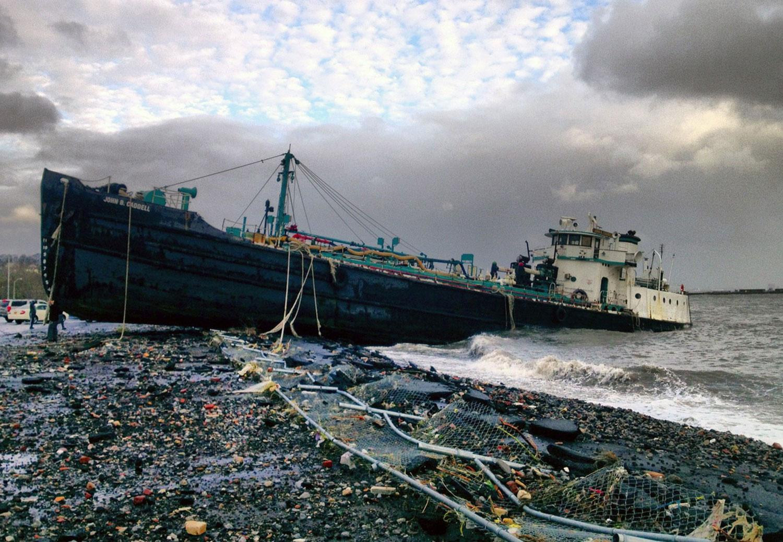 Сэнди выбросил на берег танкер, фото