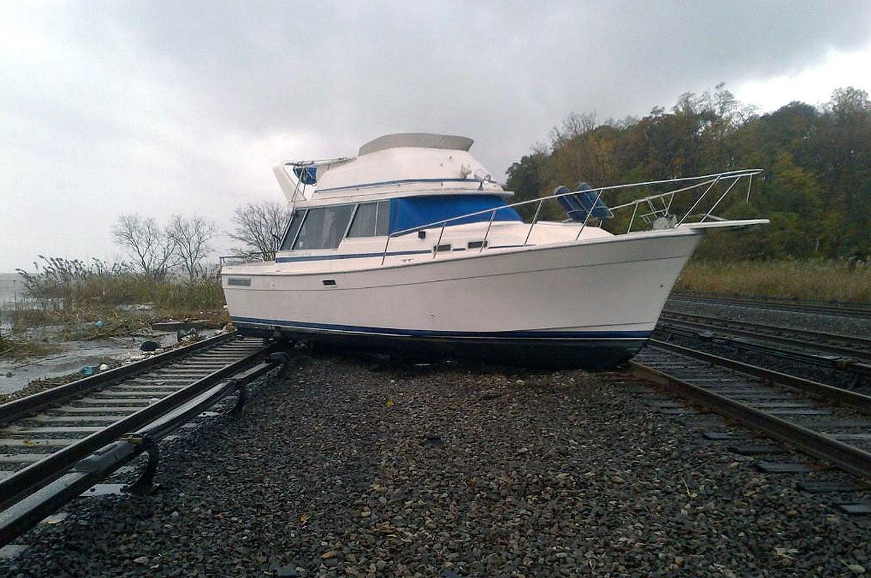 лодку Sandy выкинул на рельсы, фото