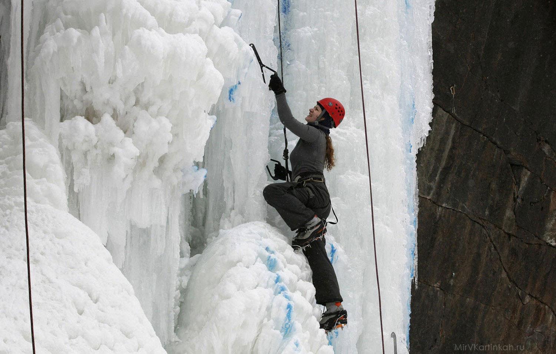девушка взбирается по льду