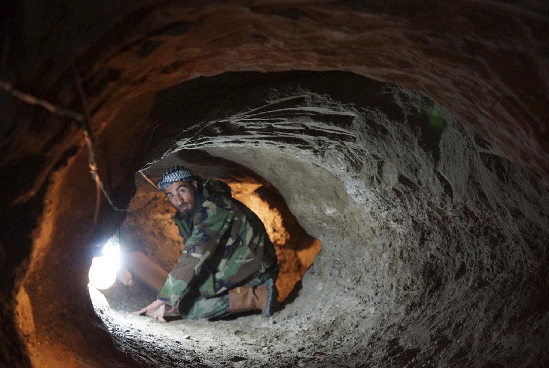 Повстанец сидит в тоннеле