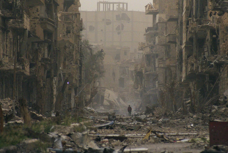 Ребенок среди разрушенных зданий