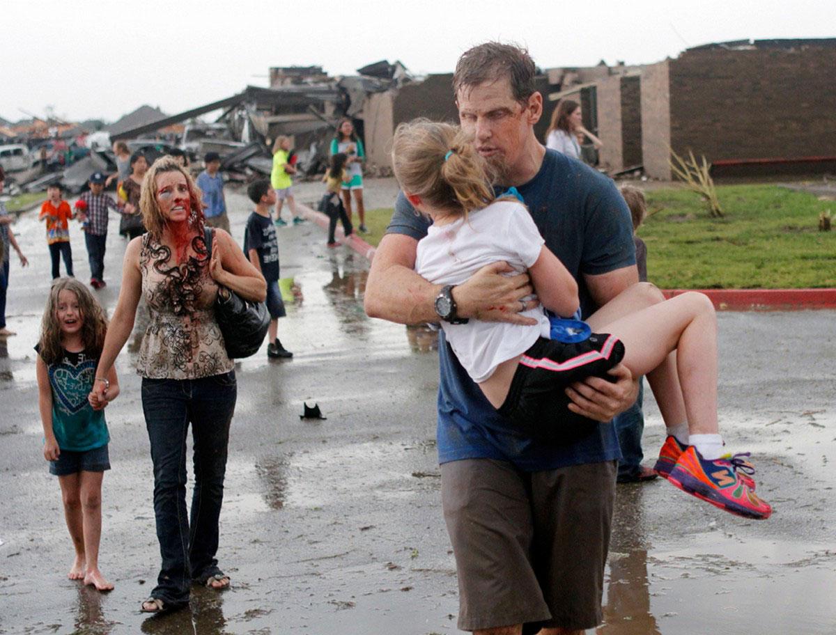 перепуганные дети на месте трагедии