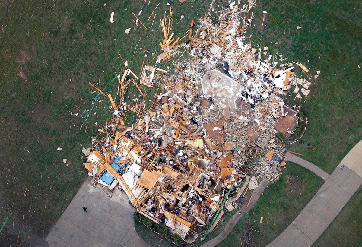 разрушенный смерчем дом
