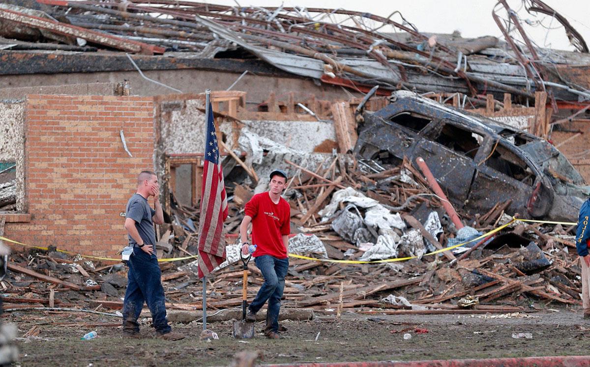 разрушенное торнадо здание