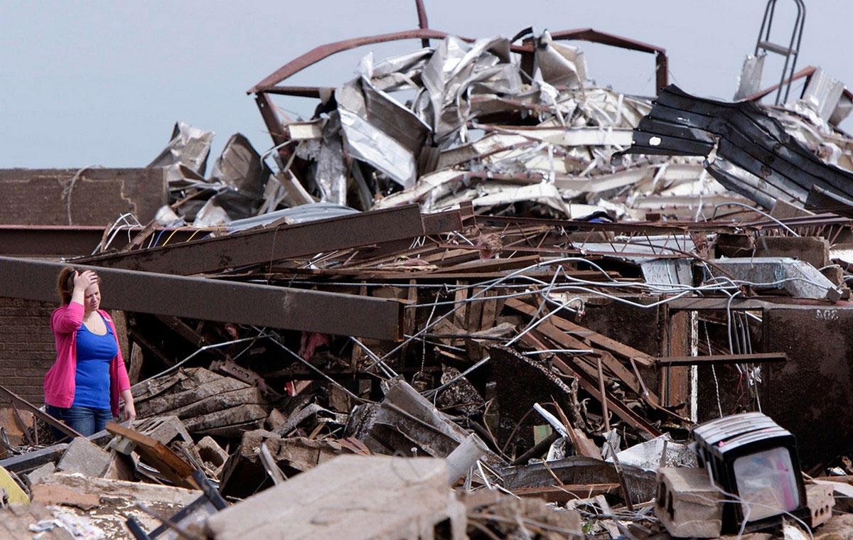 женщина на месте развалившейся школы