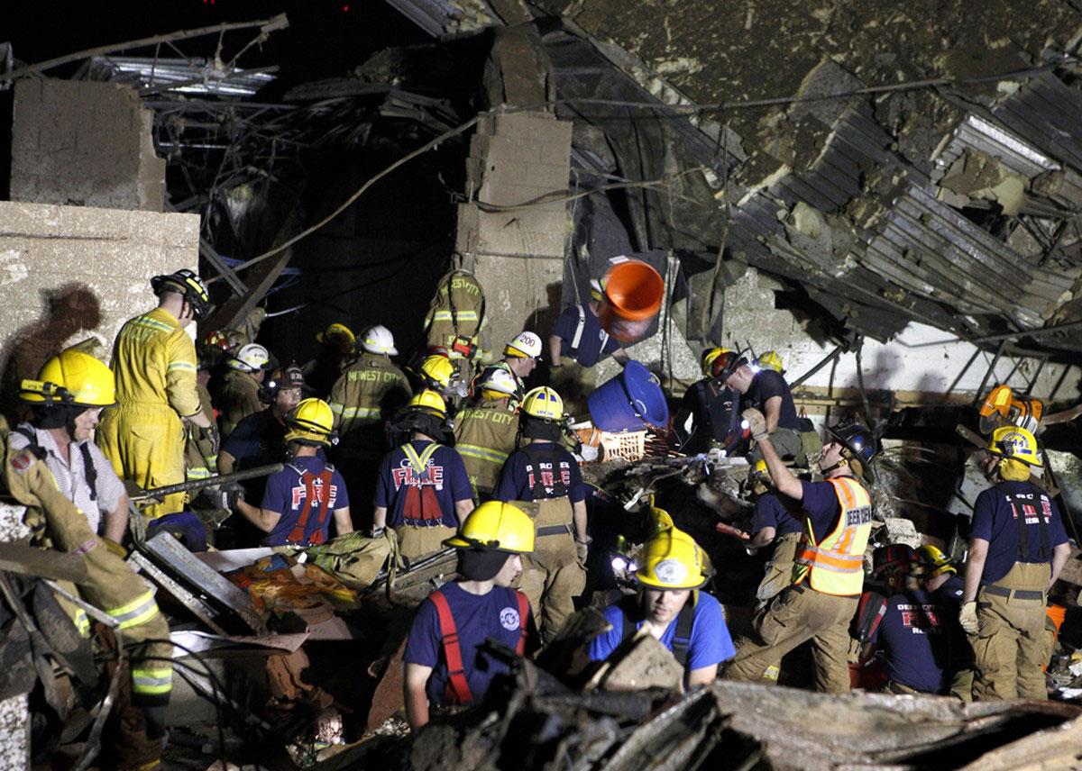 Национальная гвардия и пожарные разгребают завалы