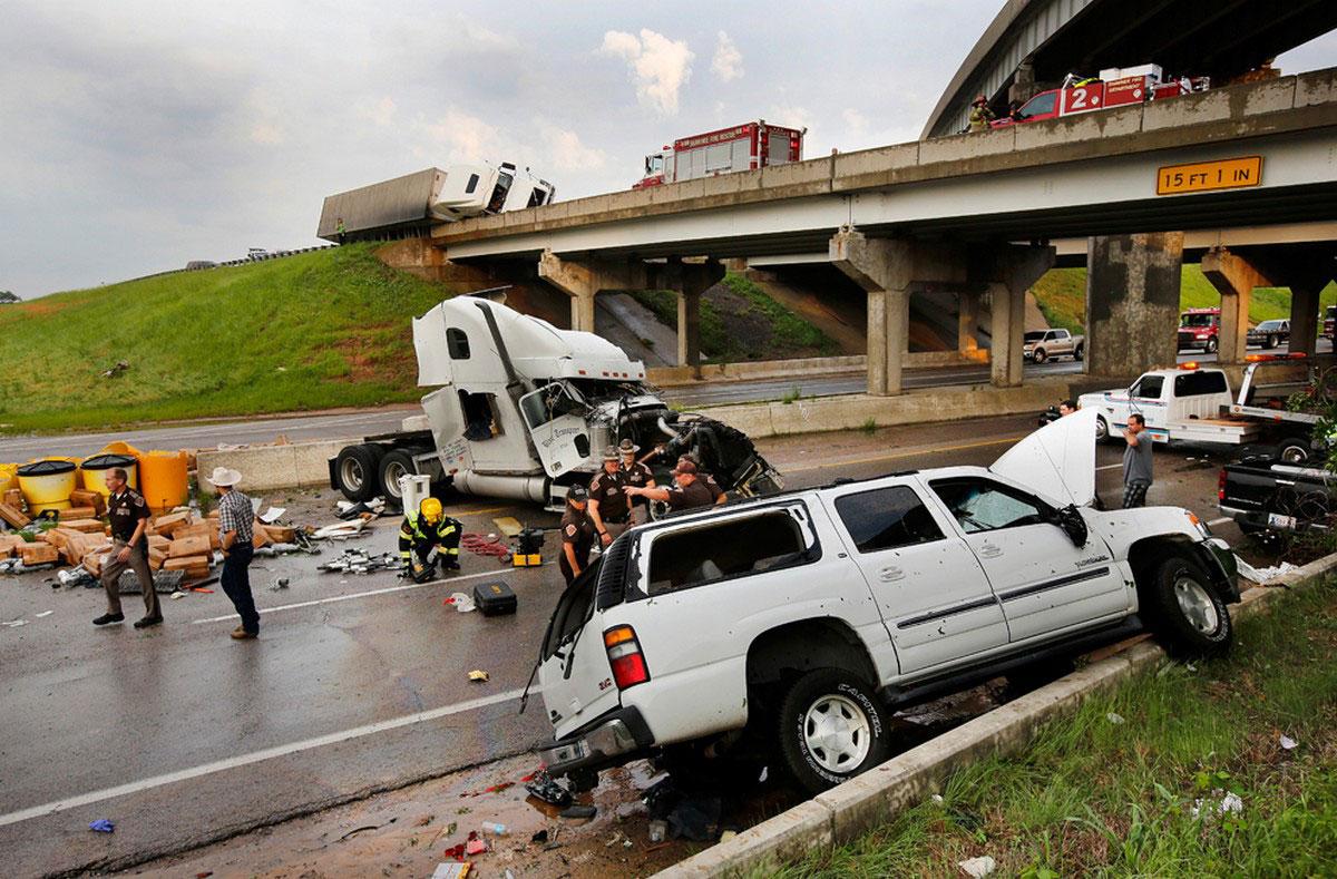разбитые машины на трассе