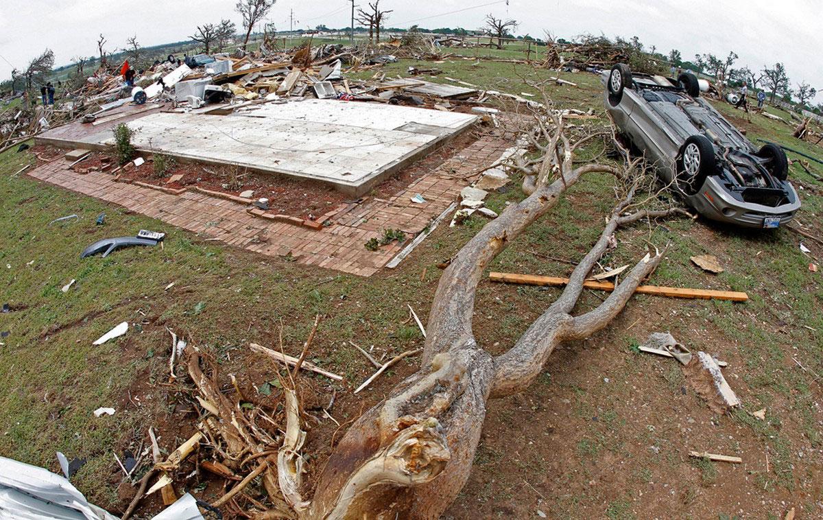 Перевернутый автомобиль и поваленные деревья