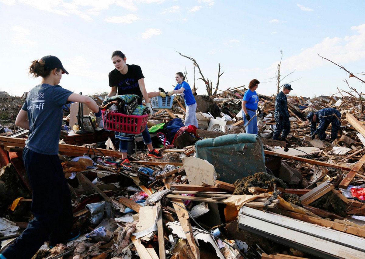 разгребание завалов после торнадо