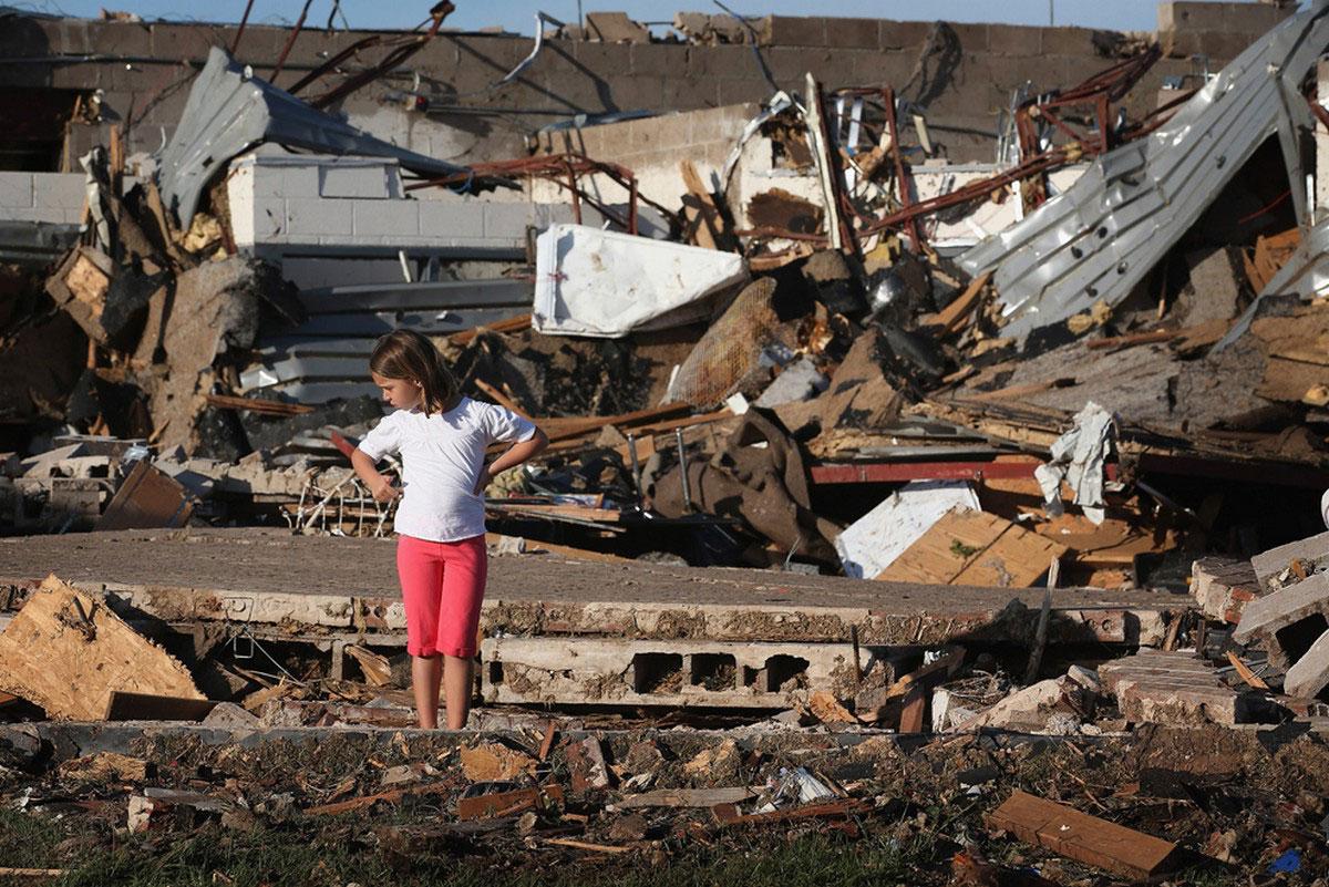 ребенок на руинах школы