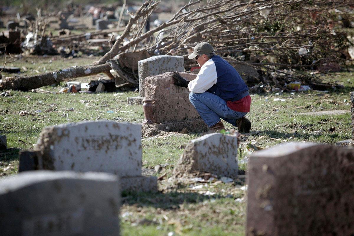 Чарльз приводит в порядок могилу своей матери