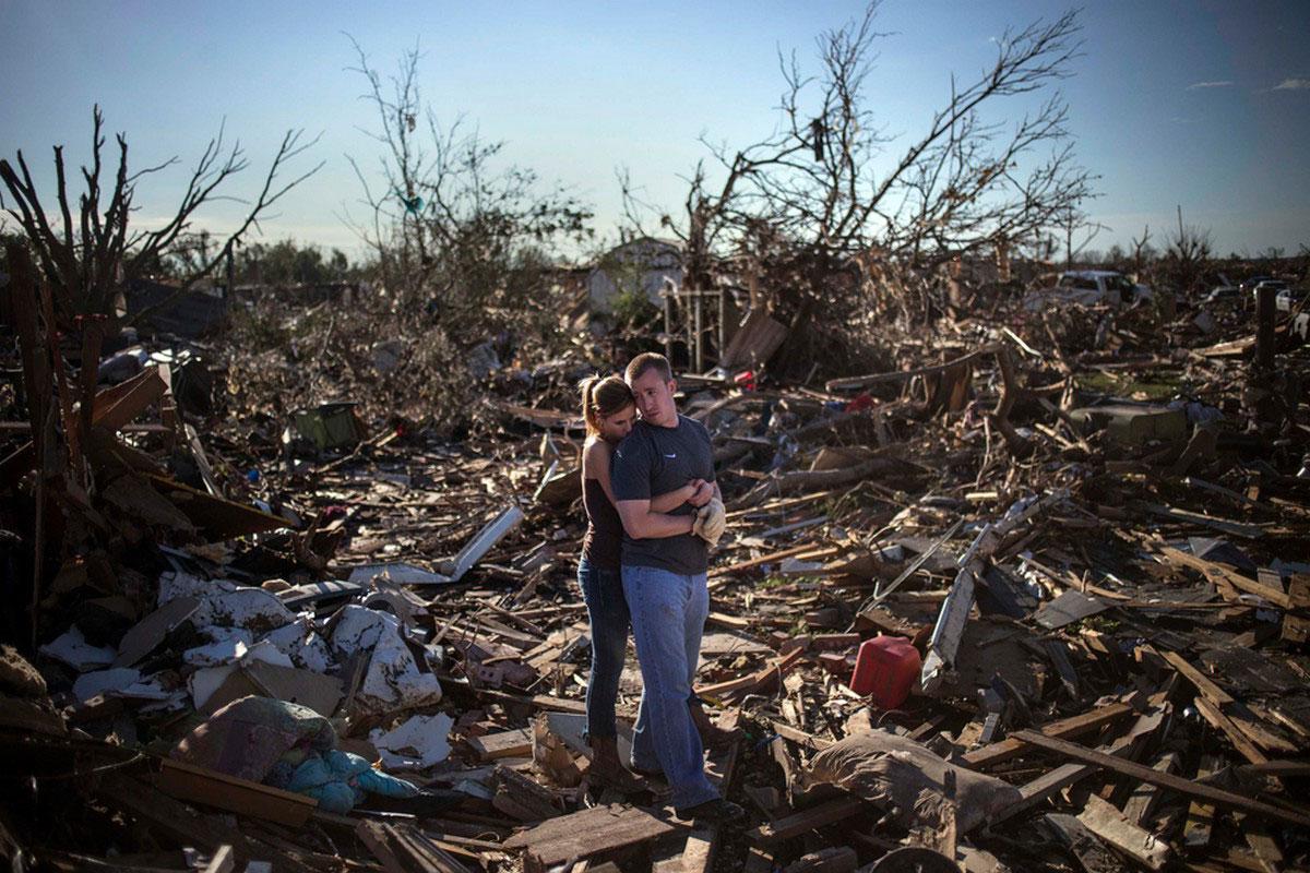 влюбленная пара на руинах своего жилища