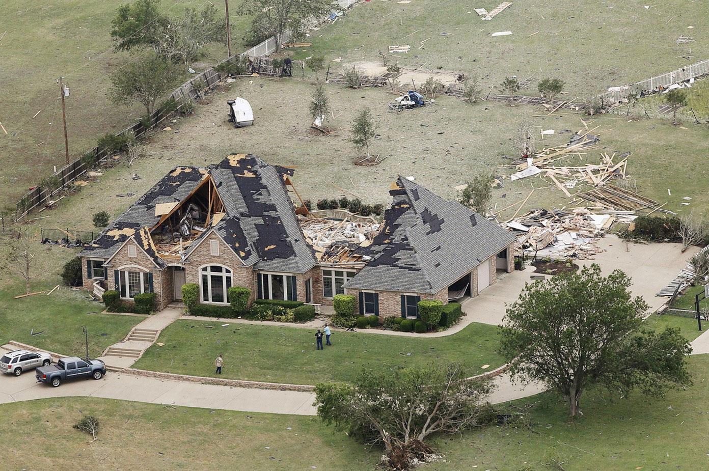Полуразрушенный ураганом дом