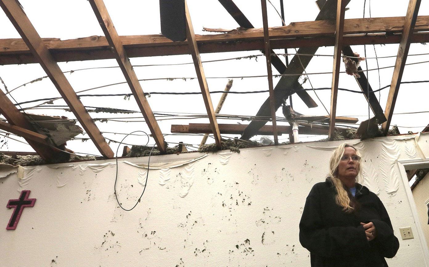 женщина в гостиной своего разломанного дома