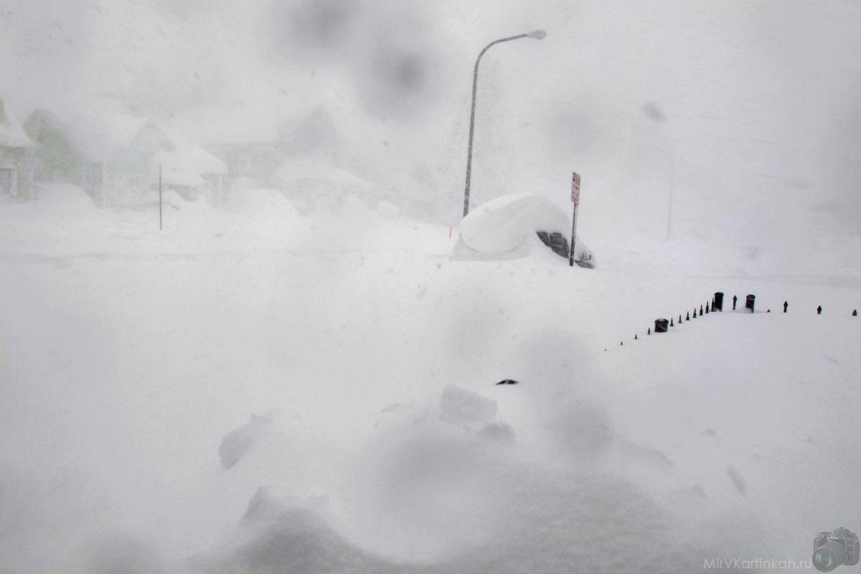 забор и машина под снегом
