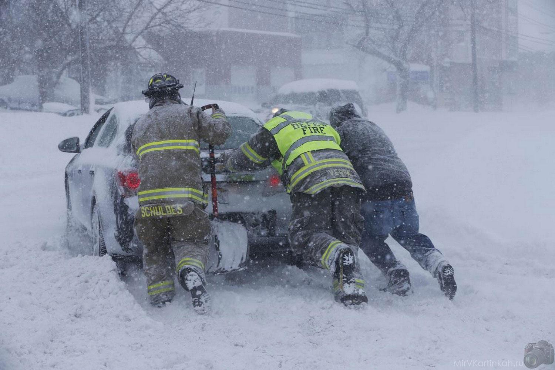 Пожарные выталкивают автомобиль