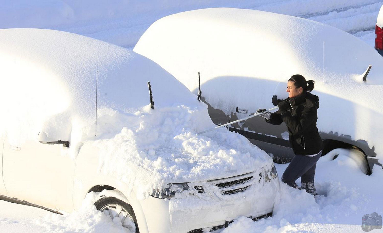 девушка чистит автомобиль