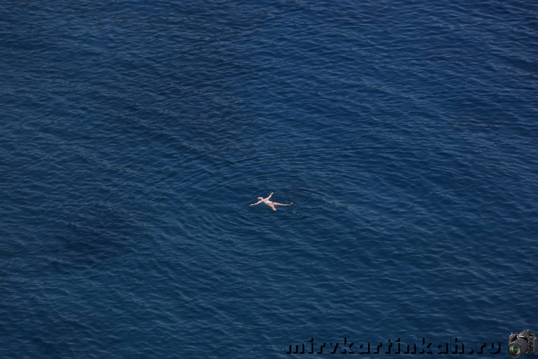турист купается в Эгейском море