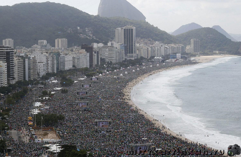 Миллионы людей на пляже