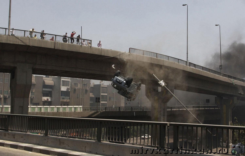 автомобиль падает с моста