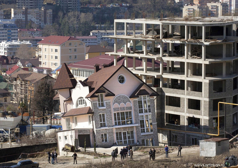 трехэтажный дом падает