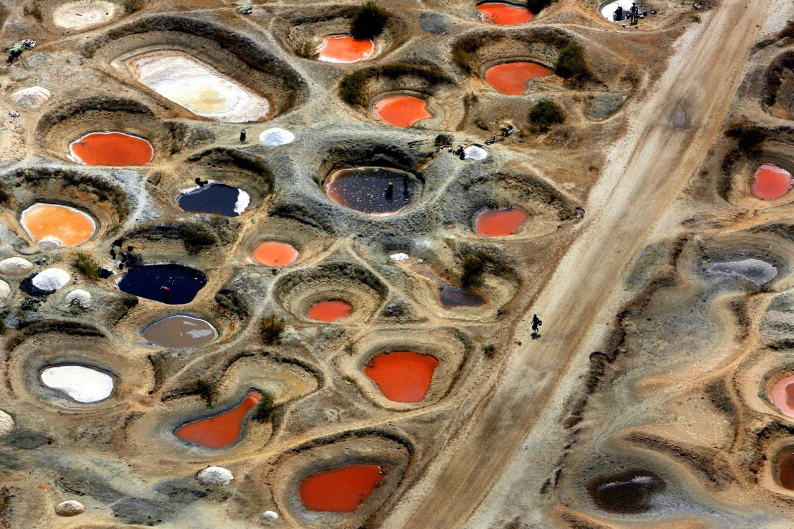 Бассейны с теплой цветной минеральной водой