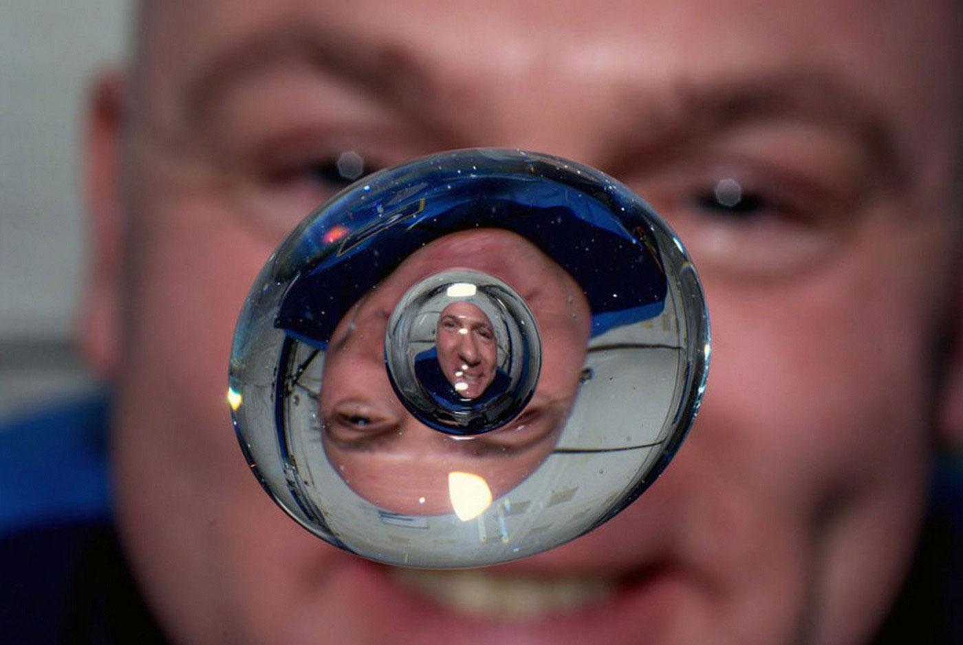 капля воды в невесомости космоса