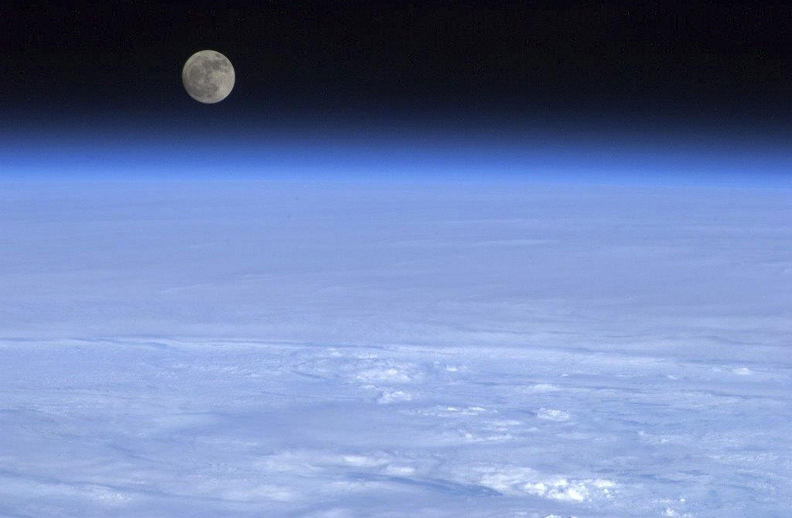луна над землей