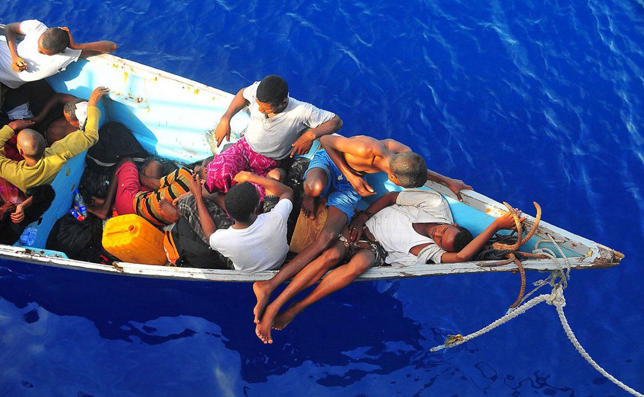 Сомалийские беженцы на гребной лодке