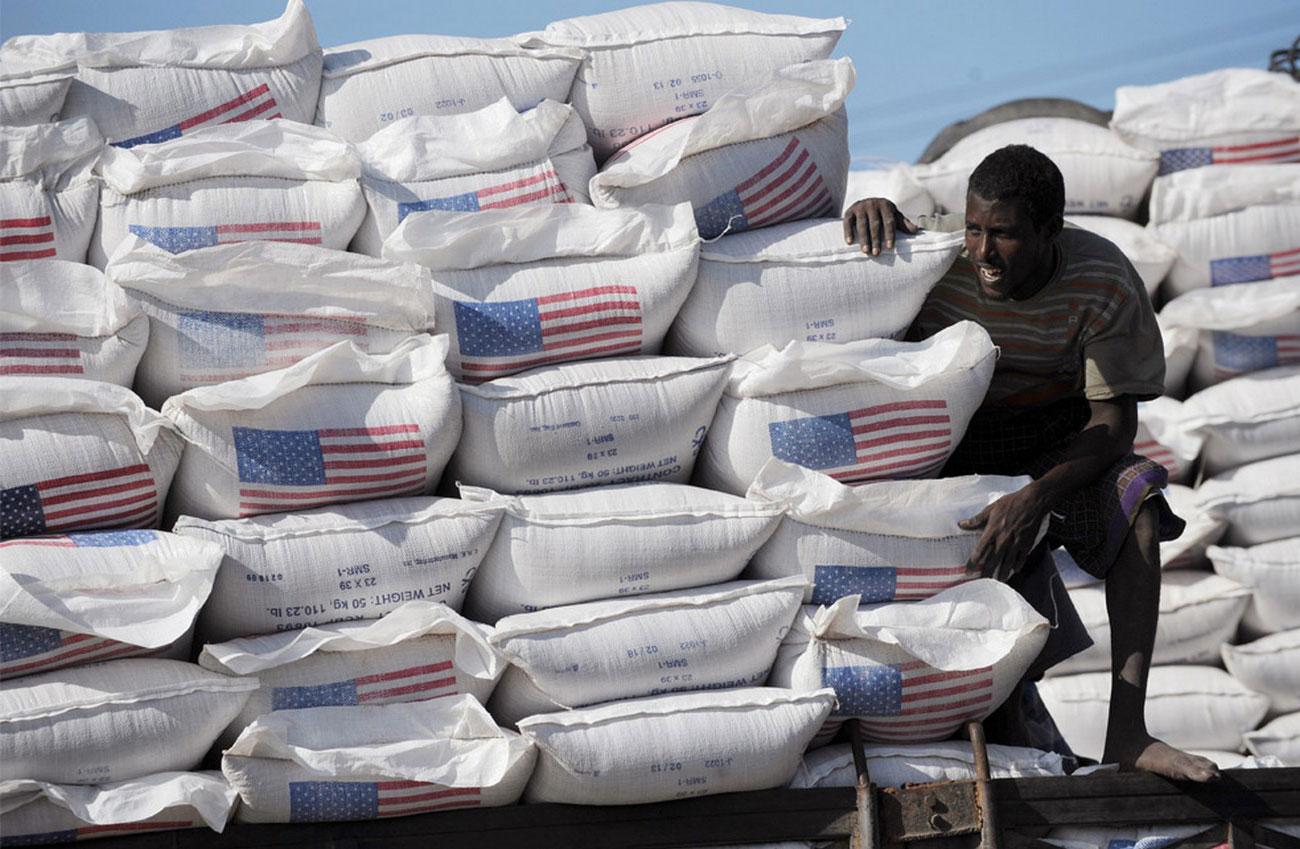 мешки с гуманитарной продовольственной помощью