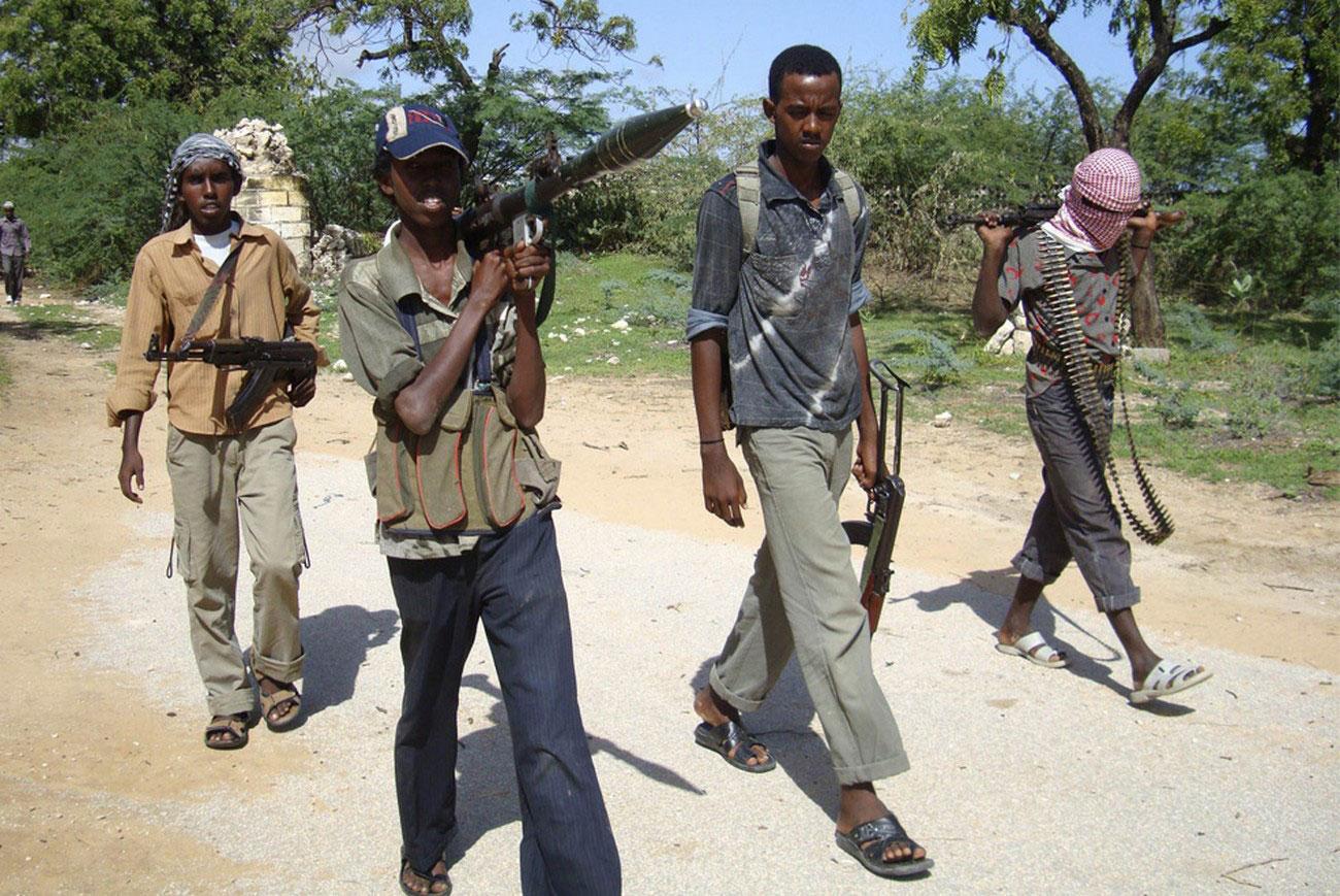 боевики патрулируют дорогу в Сомали