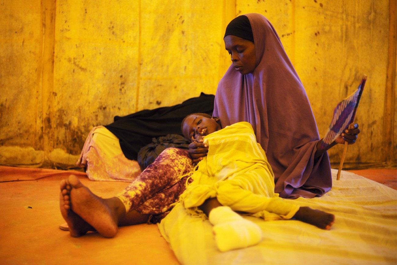 раненый ребенок в медицинской палатке