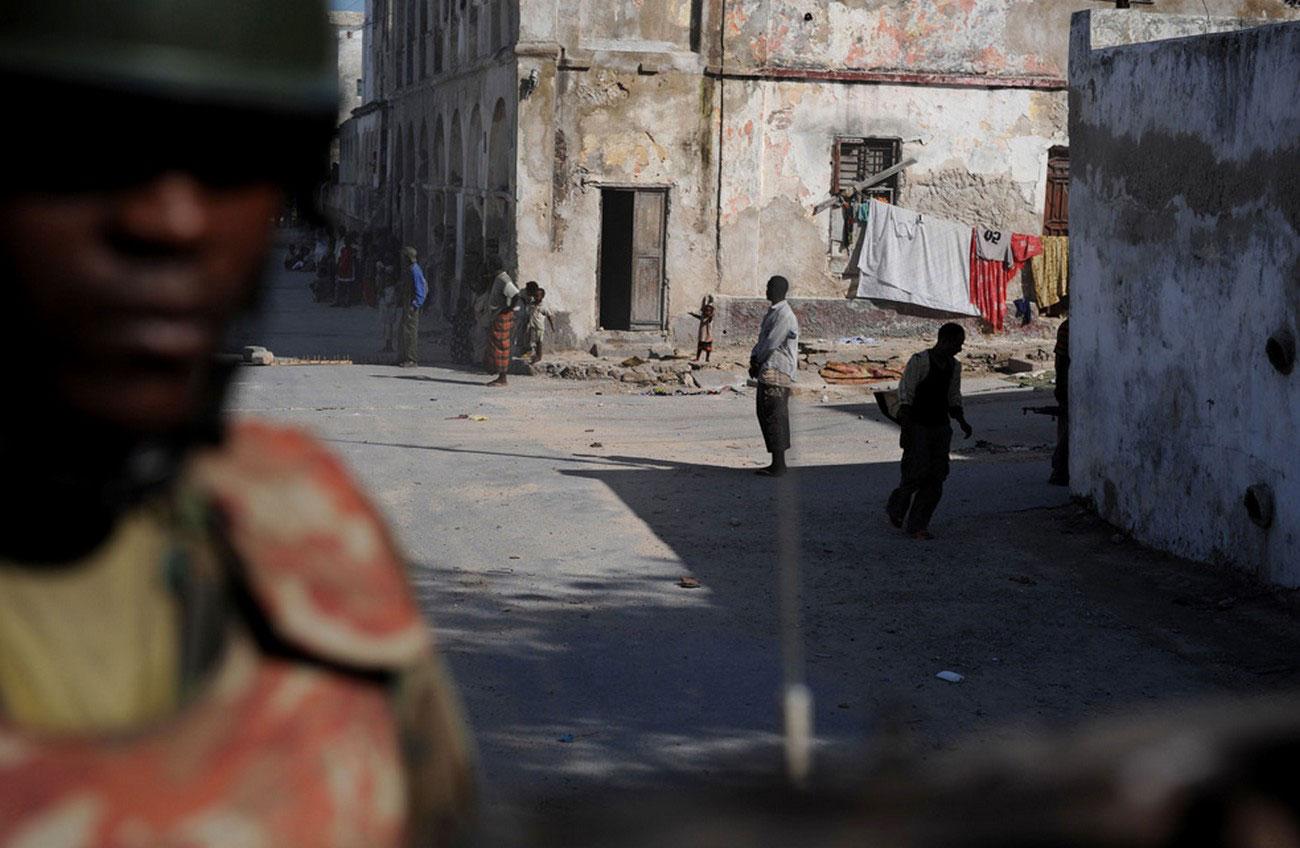 солдат на бронированном автомобиле в Сомали