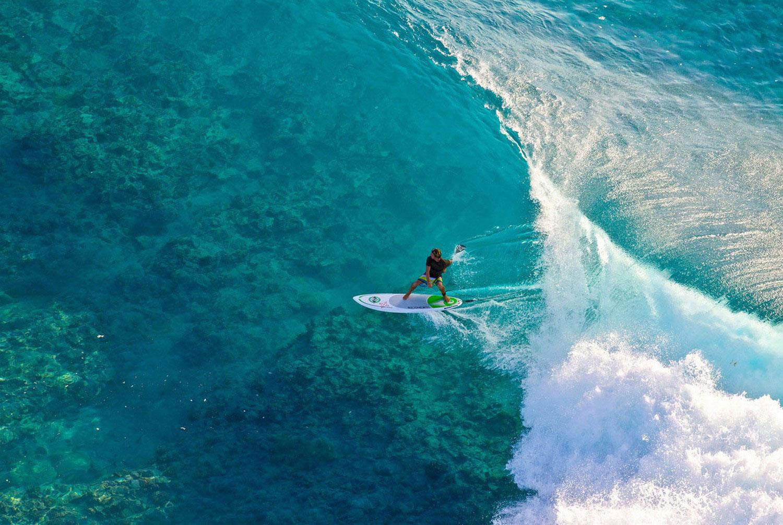 Серфингист в Тихом океане