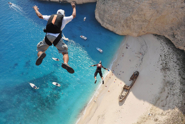 прыжок со скалы на острове