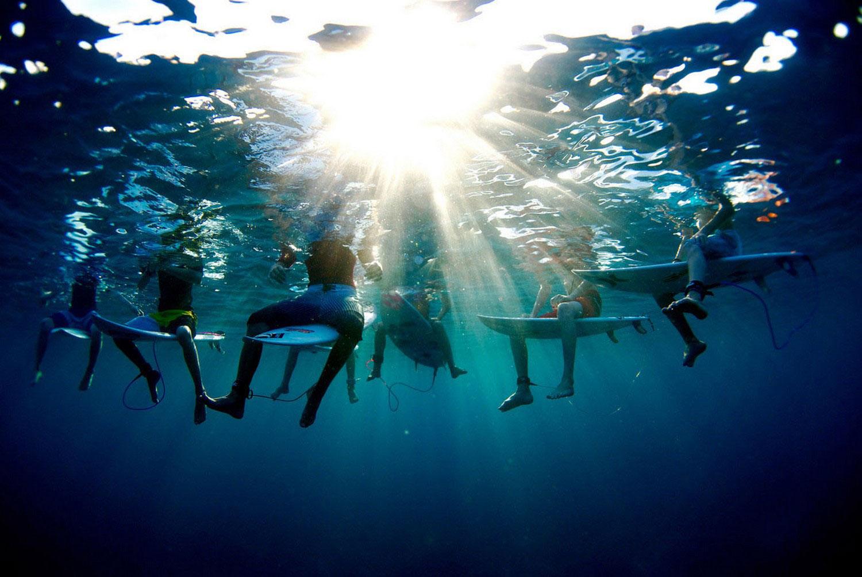 любители серфа на Фиджи