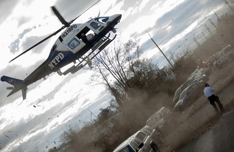 вертолет сбрасывает вещи пострадавшим от урагана Сенди