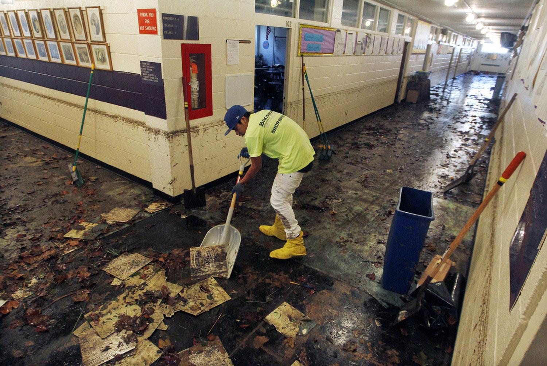уборка школы после шторма Сенди