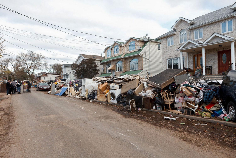 поврежденная наводнением мебель, фото урагана Сэнди