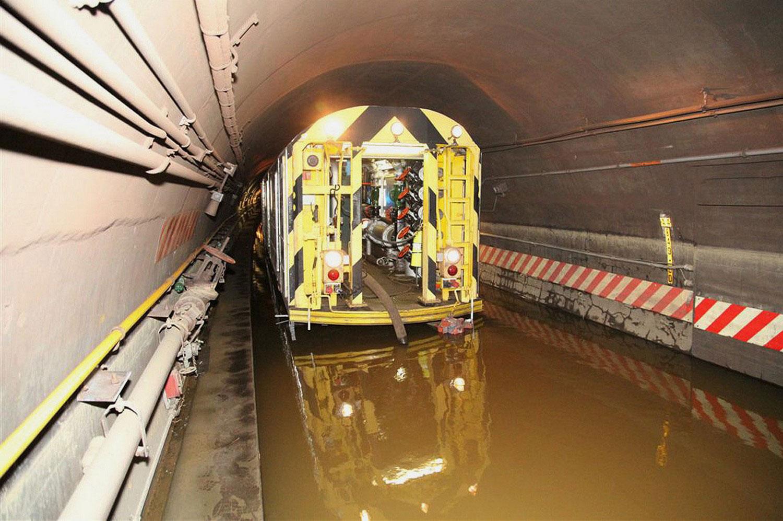 удаление воды из тоннеля, фото урагана Сэнди