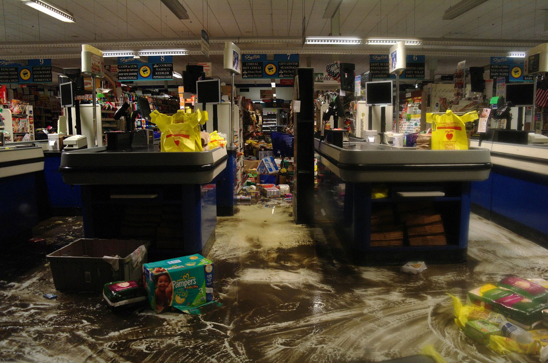 поврежденные ураганом сенди товары в магазине США