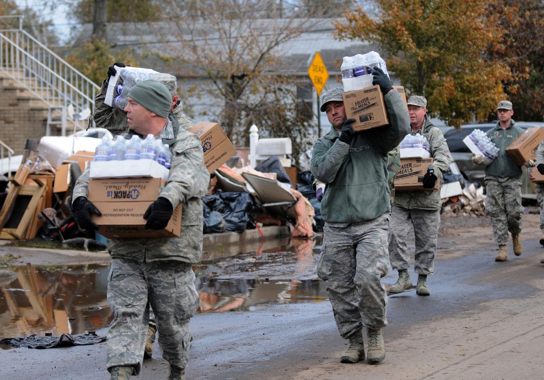 Военнослужащие разносят питьевую воду, фото урагана Сэнди