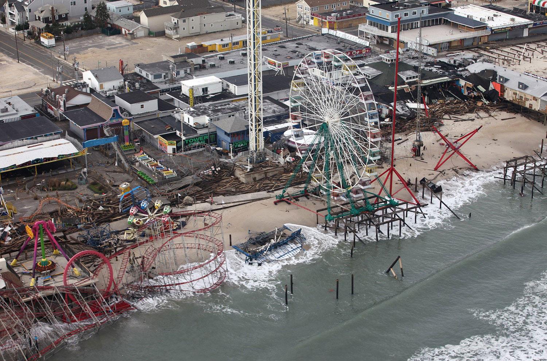 разрушенный ураганом городской парк развлечений в Америке