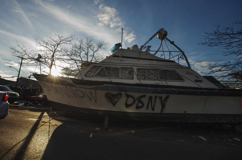 Лодка, выкинутая суперштормом Сенди