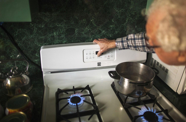 люди замерзают в неотапливаемых помещениях в США